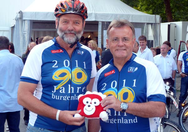 Faustballpräsident Karl Weiß mit Landeshauptmann Hans Niessl